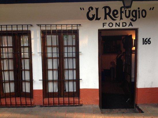 A porta de entrada do Fonda El Refugio.