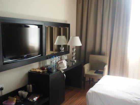 Mangrove Hotel by Bin Majid Hotels & Resort: телевизор с одним российским каналом