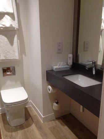 Holiday Inn Leeds Garforth: Great, New Bathrooms