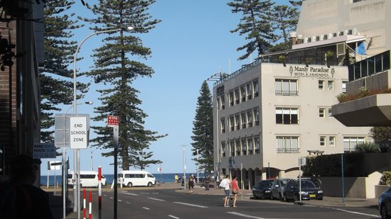Manly Paradise Motel & Apartments: Looking towards the motel