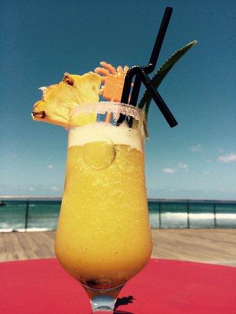 La Palmeraie : Un petit jus d'ananas frais comme apéro... Face à la mer :)