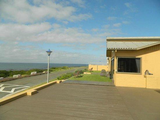 Schulphoek Seafront Guesthouse & Restaurant: Deck and ocean