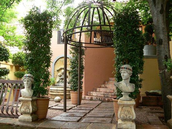 Mont D'or Bohemian House: Summer garden