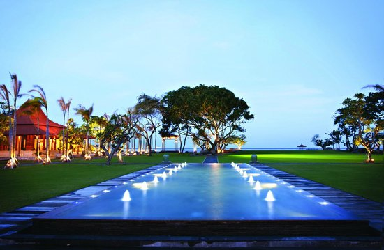 Paon Doeloe Restaurant: Rama Shinta lawn facing the beach