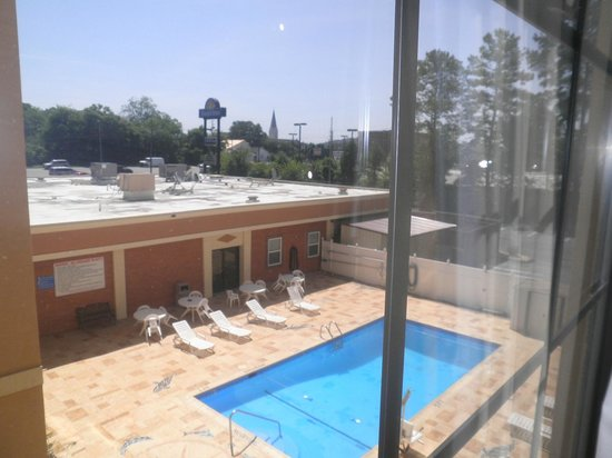 Days Inn by Wyndham Rome Downtown: View from Room to Pool