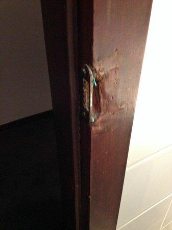 Chelton Hotel: Bathroom door frame latch