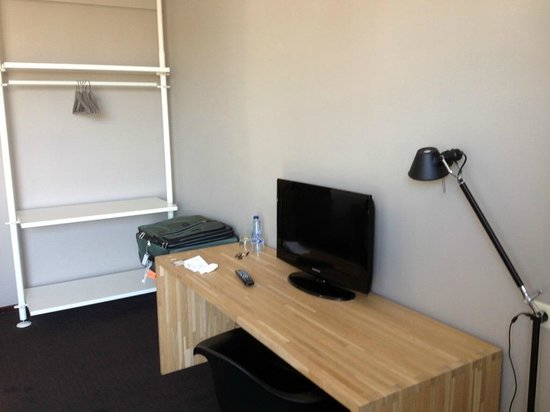 Chelton Hotel: Desk and Open closet