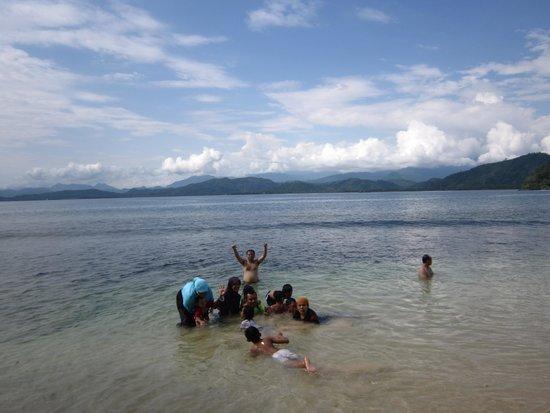 West Sumatra, Indonesia: Pantai dikelili Pemandangan Bukit yang indah tuk berfoto