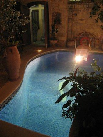 Palazzino di Corina: The courtyard at night