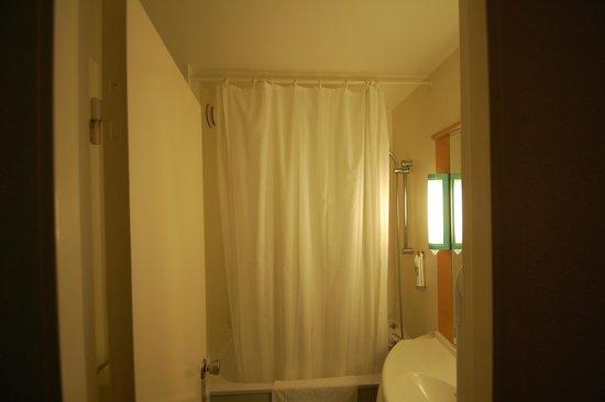 Ibis Lille Roubaix Centre: The Bathroom