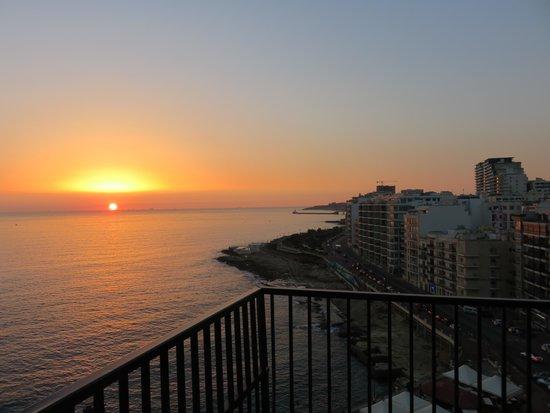 Hotel Roma: Sunrise at Sliema view from Roma Hotel