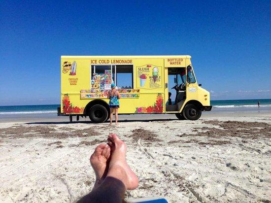 Holiday Inn Resort Daytona Beach Oceanfront: Are you kidding me? Beach side Ice Cream
