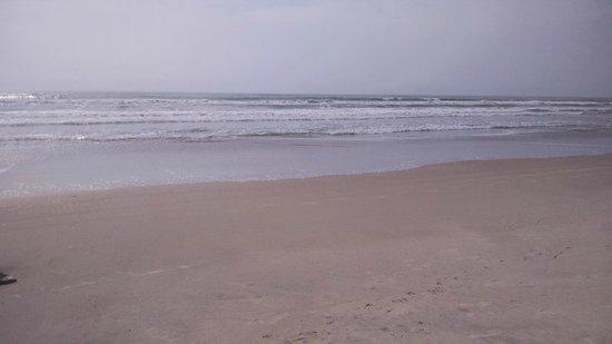 Unamar Beach: A praia é rasa porém com ondas devido aos ventos.