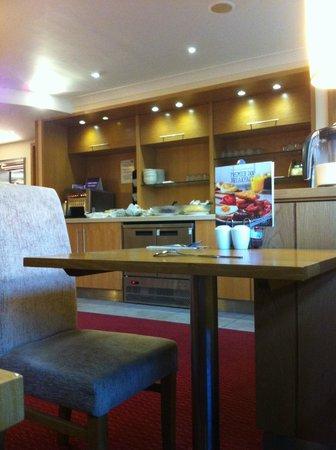Premier Inn Pontypool Hotel: Dining area