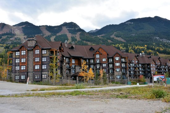 Glacier Mountaineer Lodge: Hotel looks good from the outside