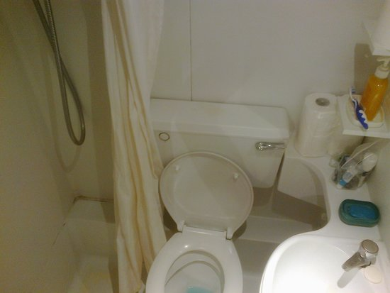 Gresham Hotel : Dirty and tiny moulded bathroom