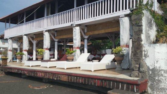 Villa Agung Beach Inn: The terras in front of the ocean