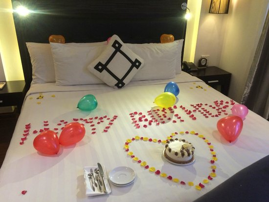 Bed decor for friend 39 s birthday and complimentary cake yum for Hotel room decor for birthday