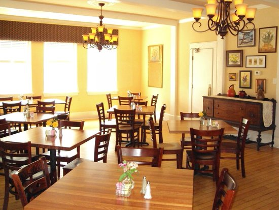 The Woodford Inn : Addie's dining room serves delicious Southern dining year around .