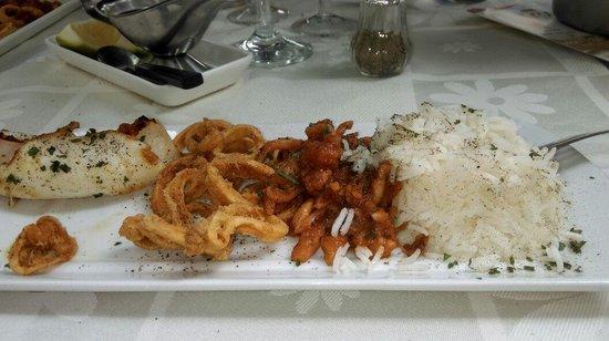 Le Parasol Bleu: Trio de calamars( plancha, frits , provençale) Sur la photo le plat est déjà entamé