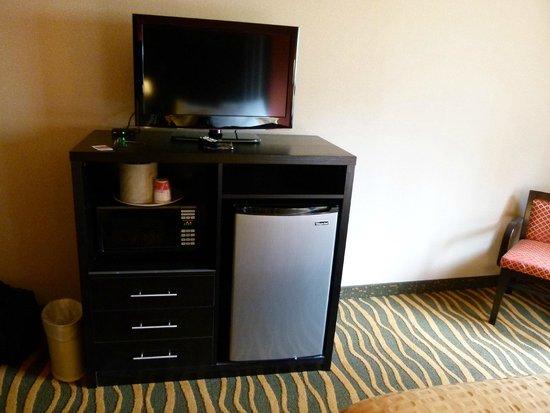 Ramada Asheville Southeast : TV, Fridge, Microwave & bureau