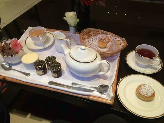 The Beaufort Hotel : Cream tea in the lobby