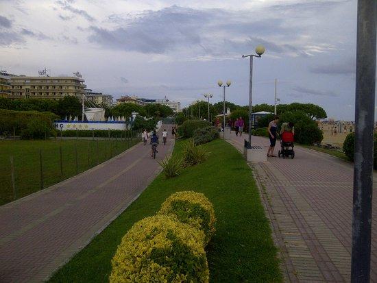 Bibione, Italy: Pista ciclabile e pista pedonale adiacenti alla spiaggia