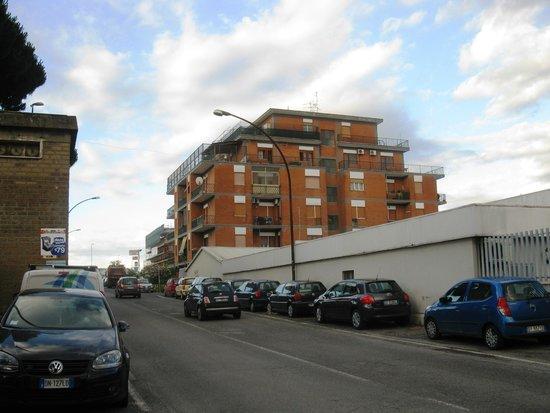Hotel Jonico: Вид на улицу от ворот отеля(направо)