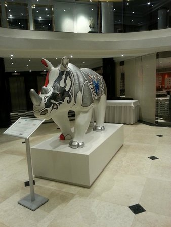 Elite Park Avenue Hotel: Lobby art exhibit