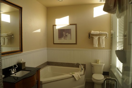 Federal Pointe Inn, an Ascend Hotel Collection Member: bathroom with separate shower and whirlpool bath