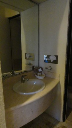 Aquamarina Beach Hotel: outer sink area gave slim access to shower/toilet portion.  No room for 2 to pass.
