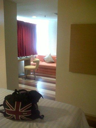 Ibis Styles Yogyakarta: kamar dengan 2 buah LCD TV