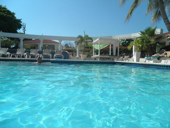 Livingstone Jan Thiel Resort: een heerlijk zwembad met bedjes er om heen