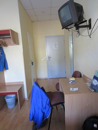 Ecotel Vilnius: Room - desk - TV