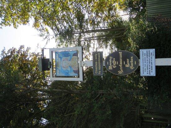 The Queen Inn: Sign
