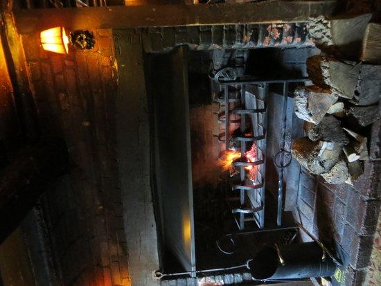 The Queen Inn: Fireplace