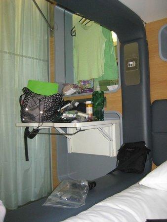 YOTELAIR London Heathrow Airport: small desk area