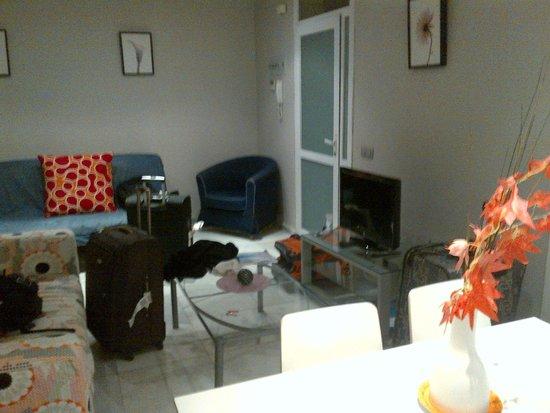 Piamonte Apartments: Sala e sofá cama no primeiro nível