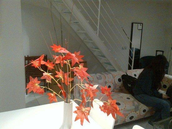 Piamonte Apartments: sofá-cama e escada para ir ao segundo nível