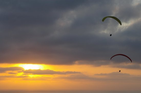 Torrey Pines Gliderport : Paragliders in front of the sunset