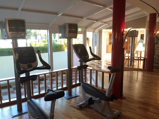 Krumers Alpin Resort & Spa: Gym with Pool view