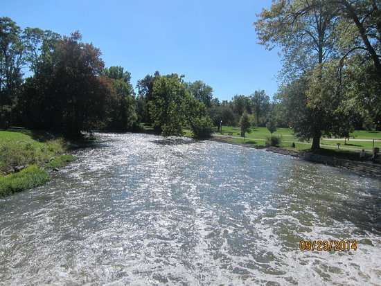 Huroc Park: water from bridge