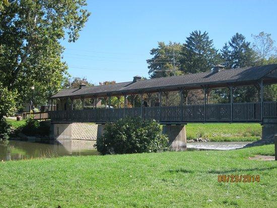 Huroc Park: bridge from island