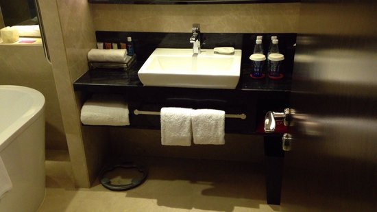 Crowne Plaza Shenzhen Longgang City Centre: club floor bathroom
