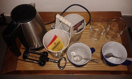 B&B Entro Le Mura: Koffie, thee én een kurkentrekker op de kamer.