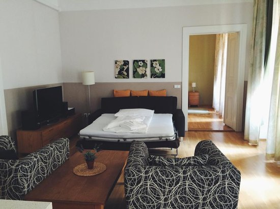 Arcadia Residence: Our amazing room....