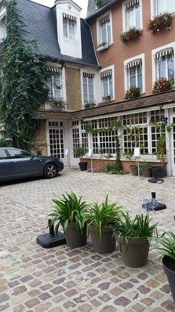 HOTEL Le Lion d'Or: Courtyard