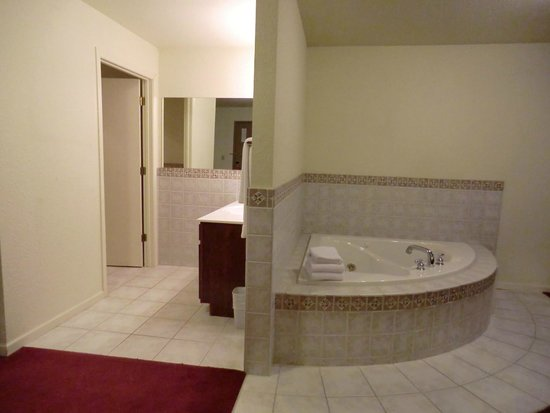 Econo Lodge: King Whirlpool Tub Suite