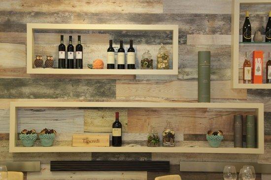 Le pareti godono di molte decorazioni ceramiche del sud for Arredamento in legno per ristorante