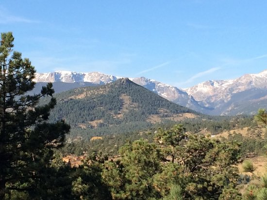 Historic Crags at the Golden Eagle Resort: Beautiful view of the Rockies from outside